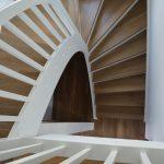 Samonosné drevené schodište, hnedobiele prevedenie, hranolčeková výplň zábradlia
