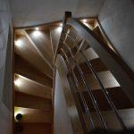 Samonosné drevené schodište, lakovaný buk