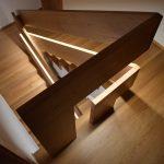Obklad betónového schodišťa s podestami, fošňové zábradlia s podsvietením, špeciálne uchytenie zábradlia, materiál dub