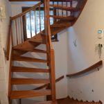 Vrchné samonosné schody, pod nimi obložený betón, plocha otvoru v trámovom strope prekrytá preglejkou vsunutou do dúbových ukončovacích líšt