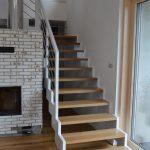 Moderné schody do domu, biela lomenicová konštrukcia