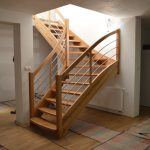 Dubové lakované schody s jemným oblúkovým nástupom