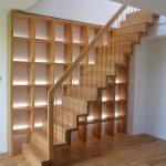 Lomenicové schody s knižnicou tvoriacou nosnú časť schodišťa